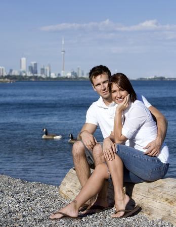 Sehr glückliches Paar sitzt am Strand vom Meer  Standard-Bild - 1543701