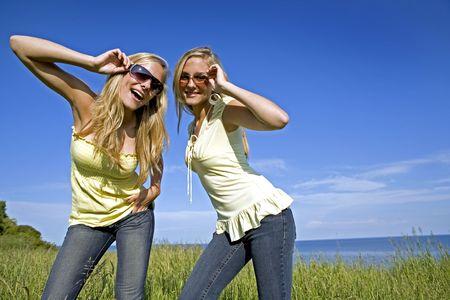 giallo sorelle indossano jeans e top in estate