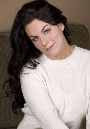 cream colour: smilling bella donna che indossa un maglione di colore crema Archivio Fotografico