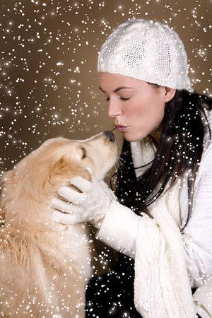 bruna molto giocare con il suo cane in inverno