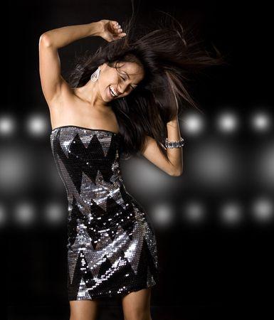 예쁜 갈색 머리 여자는 검은 색 바탕에 재미