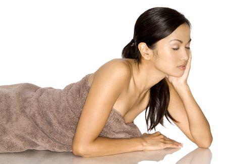pretty brunette donna in posa su sfondo bianco isolato