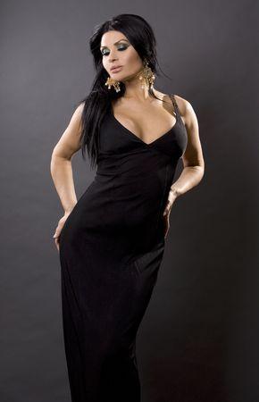 hübsche Brünette Frau mit schwarzen Kleid auf grau