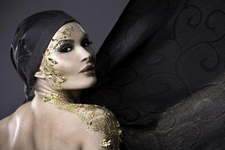 hübsche Brünette trägt Gold passende Outfit und Make-up