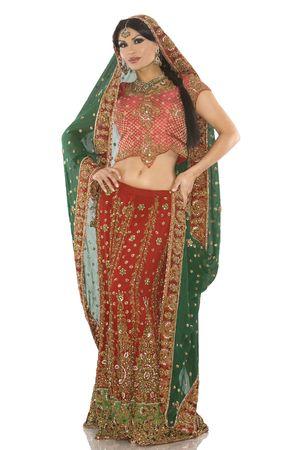 middle eastern clothing: bella donna indiana indossa un vestito da sposa on white