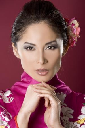 pretty asian woman wearing kimono on red background Zdjęcie Seryjne - 10163103