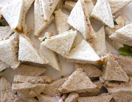 Club Sandwich mit Fisch-Creme auf der Platte