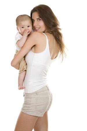mama e hijo: madre con su beb� sobre fondo blanco aislado