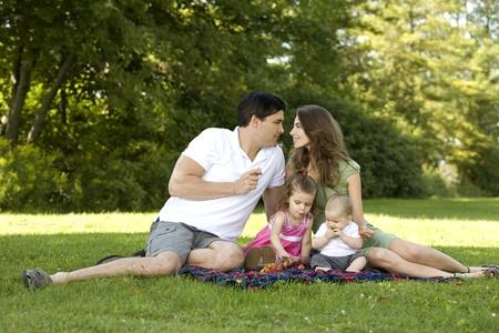 familia unida: familia de cuatro personas en el parque que se divierten juntos