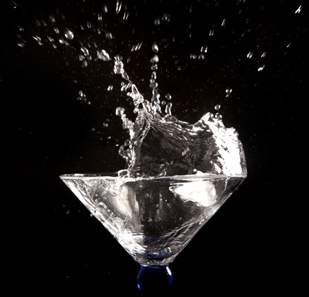 clear water splash on black background Foto de archivo