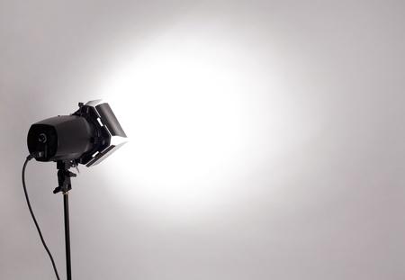 leeren Studio-Hintergrund und Blitzlicht auf hellgrauem Standard-Bild