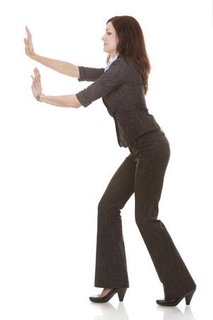 pushing: mooie brunettepushing en object op een witte achtergrond Stockfoto