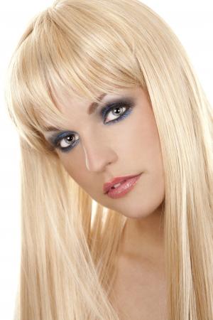 hübsche blonde Frau mit bunten Make-up auf weißem Hintergrund Standard-Bild