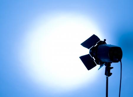 estudio de fondo vacío y la luz del flash de la luz azul