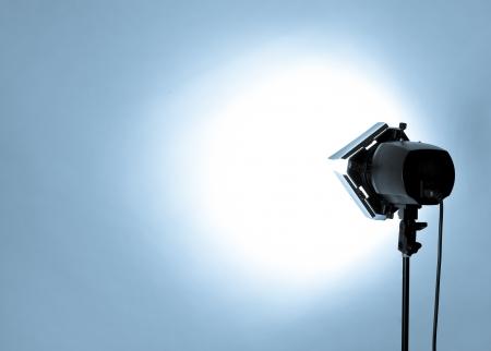 foto: lege studio achtergrond en flits licht op licht blauw Stockfoto