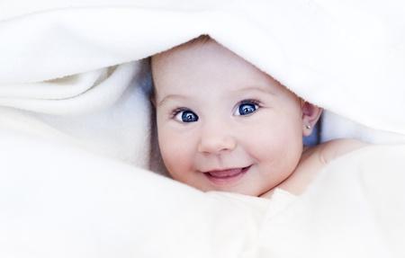 Mädchen in weißen Decke gewickelt Standard-Bild
