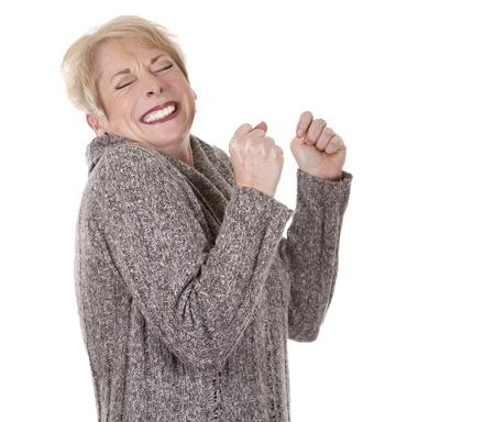 Casual blonde Frau in ihren Fünfzigern auf weißem Hintergrund