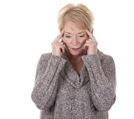Casual blonde Frau in ihren Fünfzigern mit Kopfschmerzen