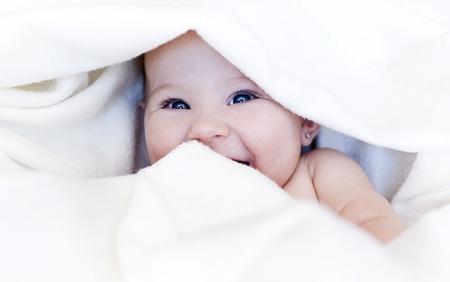 nourrisson: petite fille est envelopp� dans une couverture blanche Banque d'images