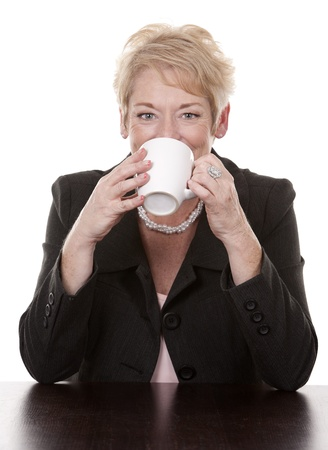 damas antiguas: mujer madura sentado tomando una taza de café