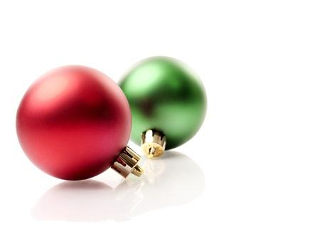 rot und grün Weihnachtsschmuck isoliert auf weißem Hintergrund