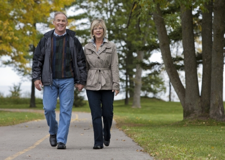 älteren Casual Paar Walking im Park im Freien