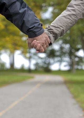 ensemble mains: Casual couple dans leurs ann�es 60 se tenant la main en m�me temps