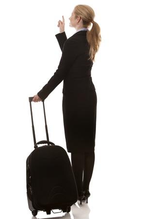 mujer con maleta: Mujer de negocios de unos 40 años con la maleta en el fondo blanco Foto de archivo