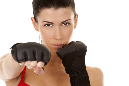 defensa personal: atléticos morena con guantes de boxeo en el fondo blanco aislado