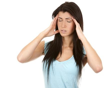 hoofdpijn: brunette met een hoofdpijn op witte achtergrond geà ¯ soleerd