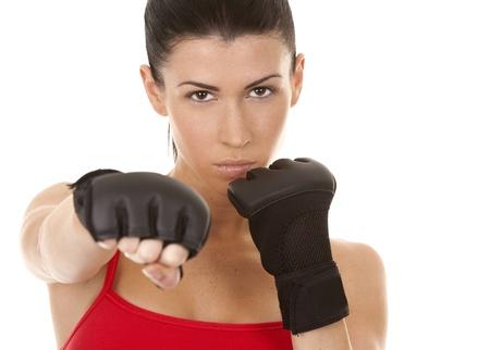 defensa personal: atl�ticos morena con guantes de boxeo en el fondo blanco aislado