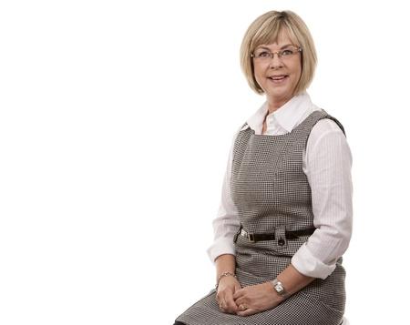 rijpe blonde vrouw in slijtage op een witte achtergrond