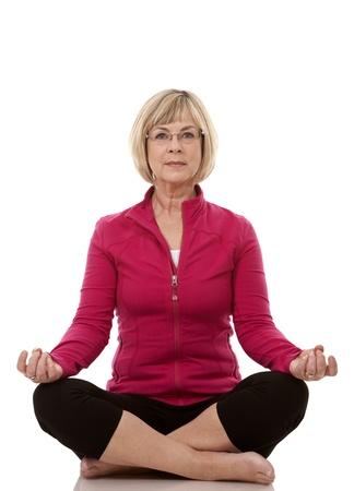 donna matura che porta attrezzatura fitness su sfondo bianco isolato Archivio Fotografico