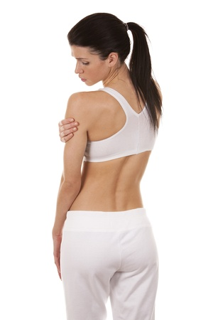 dolor muscular: hermosa morena está teniendo un dolor en el hombro