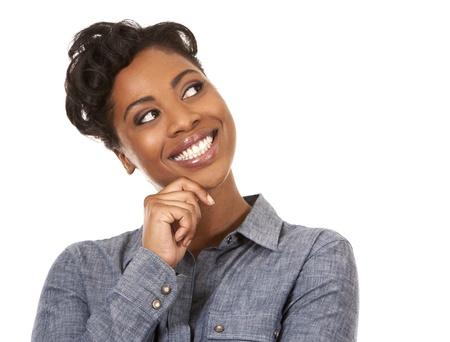 cara sorprendida: pretty woman negro con traje casual en fondo blanco