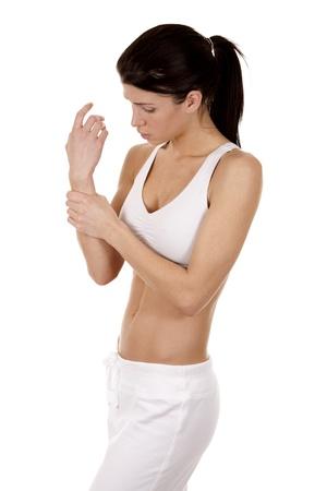 Brünette ihr Handgelenk isoliert auf weißem Hintergrund Standard-Bild - 18688225