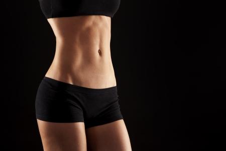 Weiblichen Fitness-Modell posiert auf schwarzem Hintergrund Standard-Bild - 19062309