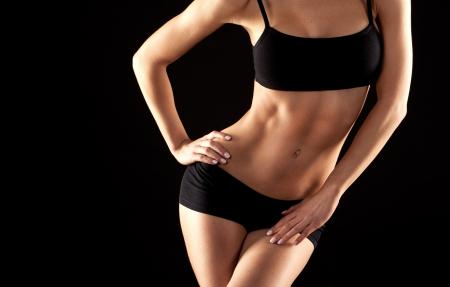 Weiblichen Fitness-Modell posiert auf schwarzem Hintergrund Standard-Bild - 19062287