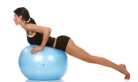 buttock: Modelo de fitness femenino ejercita con la bola azul