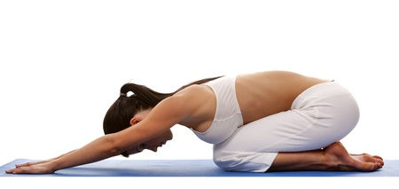 Hübsche Brünette ist die Ausübung von Yoga auf weißem Hintergrund Standard-Bild - 19356843