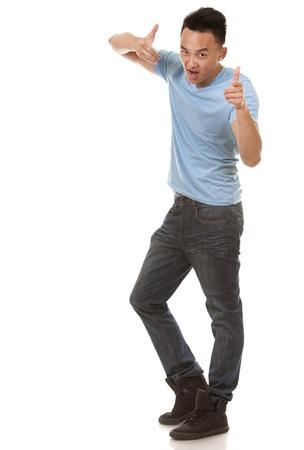 hombre flaco: El hombre informal con camiseta azul y pantalones vaqueros en el fondo blanco