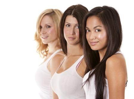 tres hermosas mujeres que se divierten en el fondo blanco