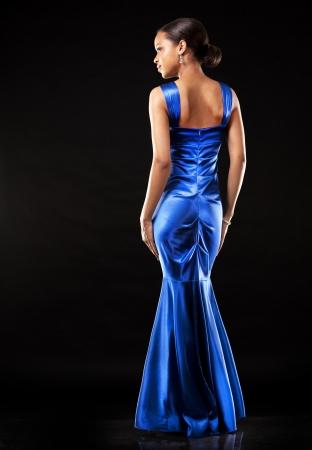 Femme Sur Une Robe De Portant Fond Belle Soirée Bleue Noir 0OZnXNP8wk