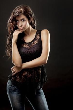 voluptuosa: Modelo de moda Morena vistiendo traje negro
