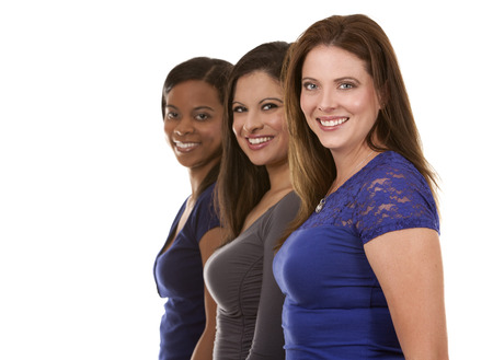 tres hermosas mujeres que se divierten en el fondo blanco aislado