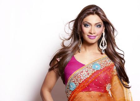 Schöne Frau trägt traditionelle indische Outfit auf weißem Hintergrund Standard-Bild - 28256677