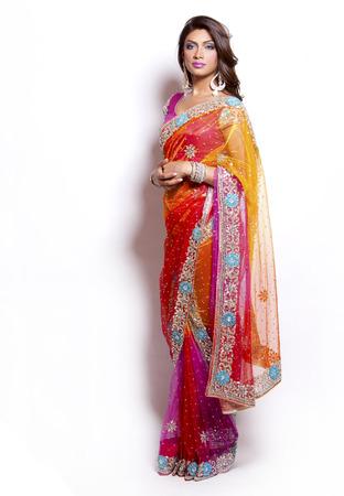 白い背景にインドの伝統的な衣装を着ている美しい女性