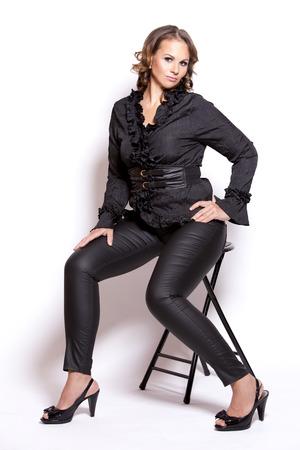 Bella donna che indossa abito nero di lusso su sfondo bianco Archivio Fotografico - 32007390