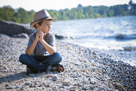 niños felices: sonriente con un sombrero en la playa niño caucásica