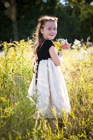caras felices: caucásica niña sonriente y jugando en el parque Foto de archivo